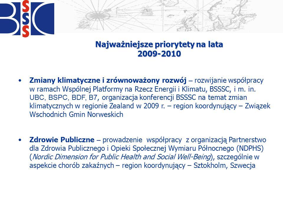 """Najważniejsze priorytety na lata 2009-2010 Strategia UE dla Regionu Morza Bałtyckiego – opracowanie wspólnego stanowiska organizacji bałtyckich, organizacja wspólnych konferencji BSSSC i Komisji Europejskiej w procesie konsultacji strategii, współpraca z Komitetem Regionów i lobbing interesów subregionów - region koordynujący – Zealand, Dania Nauka i edukacja – rozwijanie współpracy uczelni wyższych i placówek badawczych, zwiększenie mobilności kadry edukacyjnej, w ramach tego priorytetu realizowany jest projekt """"Korytarz nauki (Science Coridorr) - region koordynujący - Hamburg, Niemcy"""