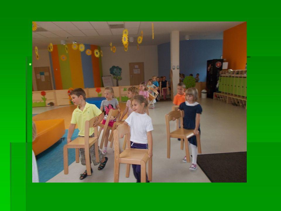 Nauczyliśmy się jak przenosić krzesło. Teraz już sprawnie i bezpiecznie przenosimy krzesła.