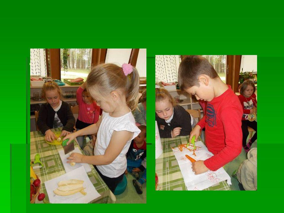  Dzieci uczyły się także jak kroić warzywa i owoce. Teraz na stałe w kąciku życia codziennego, dzieci znajdą owoce i warzywa, które mogą pokroić i si