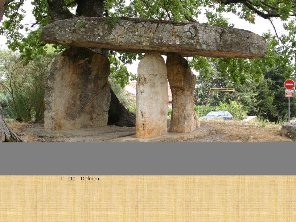 Dolmen w Draguignan Dolmen, znany także jako grób portalu, portal grobu lub Quoit, jest to rodzaj jednokomorowy megalitycznych grób, zwykle składające