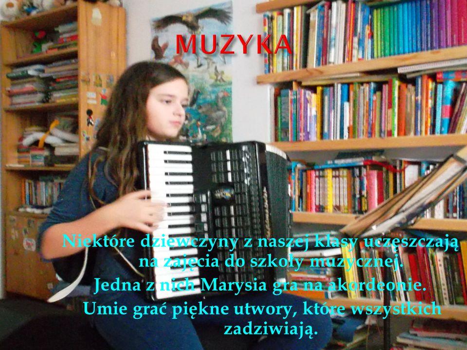 Niektóre dziewczyny z naszej klasy uczęszczają na zajęcia do szkoły muzycznej.