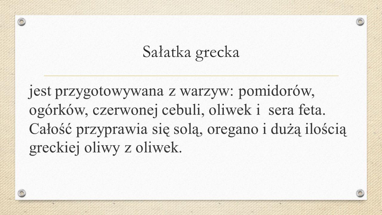 Sałatka grecka jest przygotowywana z warzyw: pomidorów, ogórków, czerwonej cebuli, oliwek i sera feta.