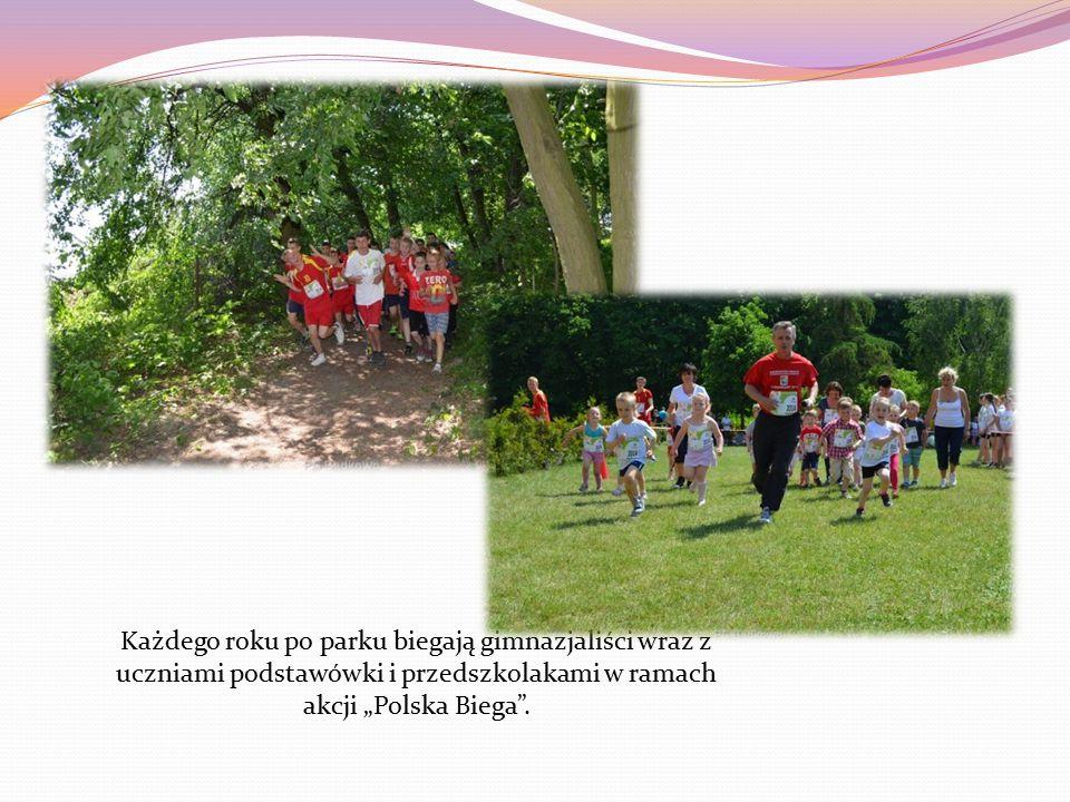 """Każdego roku po parku biegają gimnazjaliści wraz z uczniami podstawówki i przedszkolakami w ramach akcji """"Polska Biega ."""