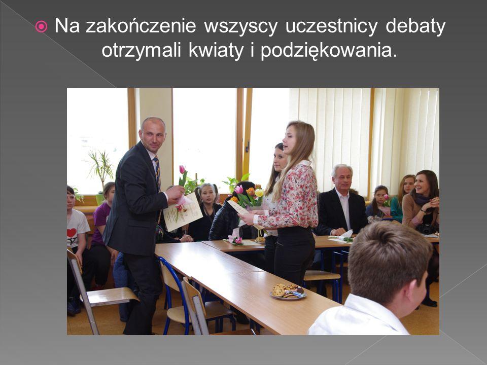 Na zakończenie wszyscy uczestnicy debaty otrzymali kwiaty i podziękowania.