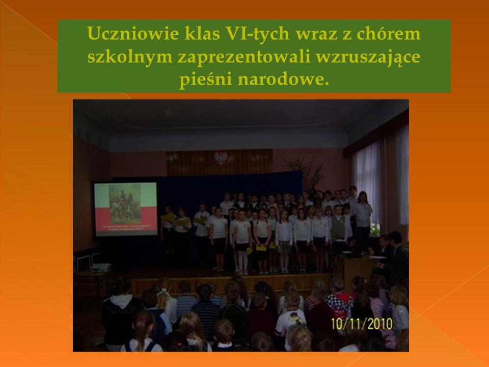 Uczniowie klas VI-tych wraz z chórem szkolnym zaprezentowali wzruszające pieśni narodowe.