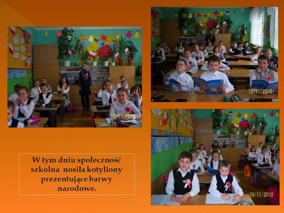 W tym dniu społeczność szkolna nosiła kotyliony prezentujące barwy narodowe.