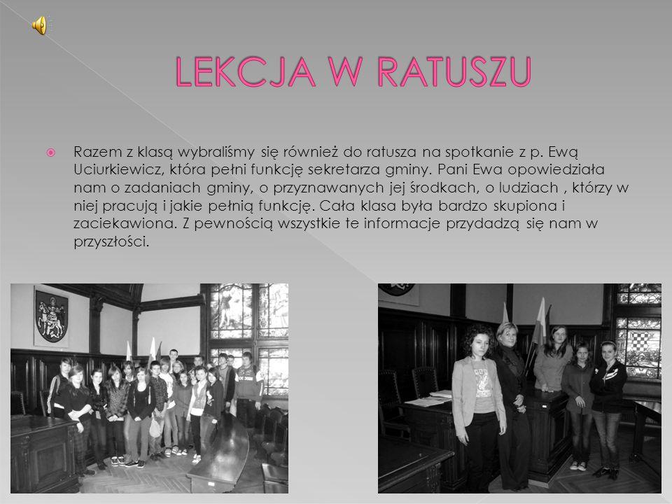  Razem z klasą wybraliśmy się również do ratusza na spotkanie z p. Ewą Uciurkiewicz, która pełni funkcję sekretarza gminy. Pani Ewa opowiedziała nam