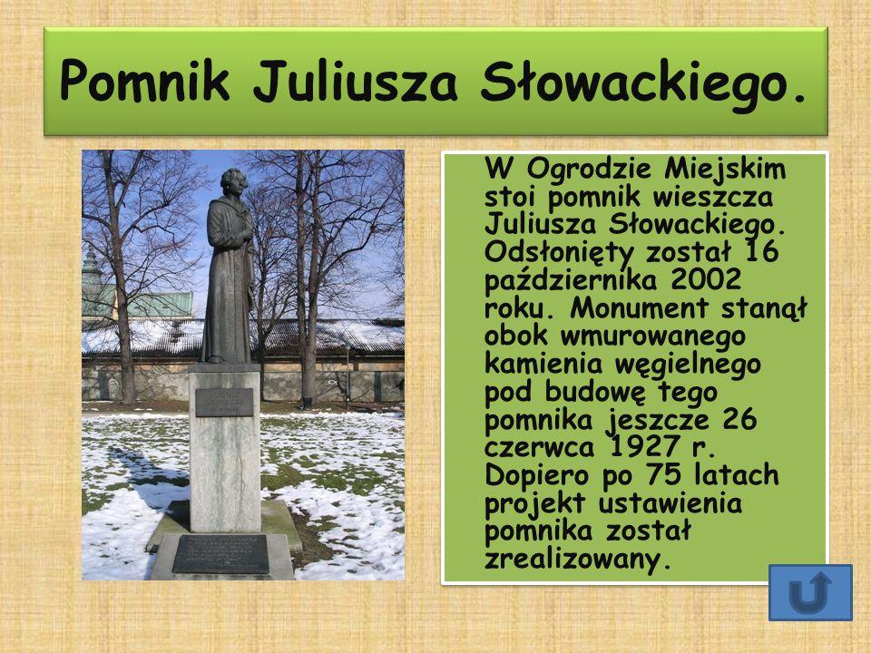 Pomnik Juliusza Słowackiego. W Ogrodzie Miejskim stoi pomnik wieszcza Juliusza Słowackiego. Odsłonięty został 16 października 2002 roku. Monument stan
