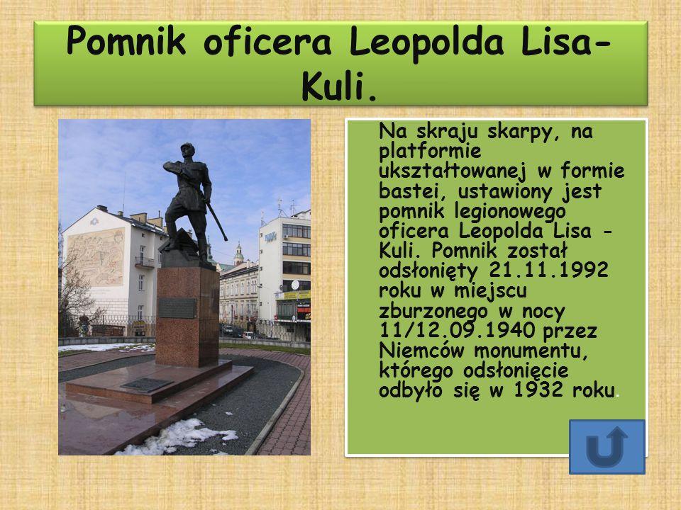 Pomnik oficera Leopolda Lisa- Kuli. Pomnik oficera Leopolda Lisa- Kuli. Na skraju skarpy, na platformie ukształtowanej w formie bastei, ustawiony jest
