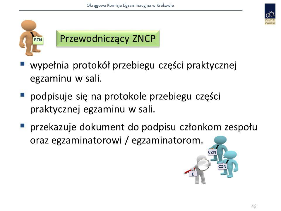 Okręgowa Komisja Egzaminacyjna w Krakowie  wypełnia protokół przebiegu części praktycznej egzaminu w sali.  podpisuje się na protokole przebiegu czę