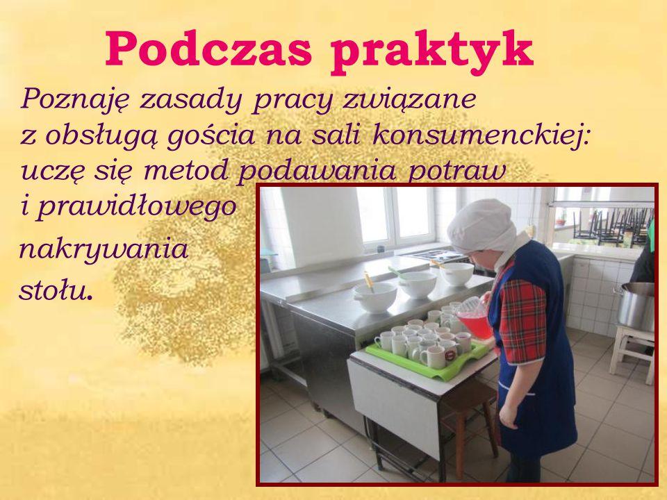 Poznaję zasady pracy związane z obsługą gościa na sali konsumenckiej: uczę się metod podawania potraw i prawidłowego nakrywania stołu. Podczas praktyk