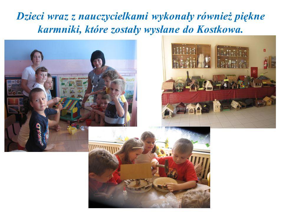 Dzieci wraz z nauczycielkami wykonały również piękne karmniki, które zostały wysłane do Kostkowa.