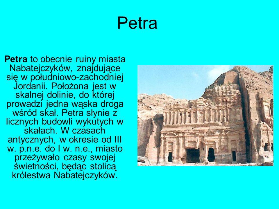 Petra Petra to obecnie ruiny miasta Nabatejczyków, znajdujące się w południowo-zachodniej Jordanii. Położona jest w skalnej dolinie, do której prowadz