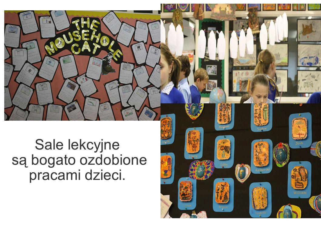 Sale lekcyjne są bogato ozdobione pracami dzieci.