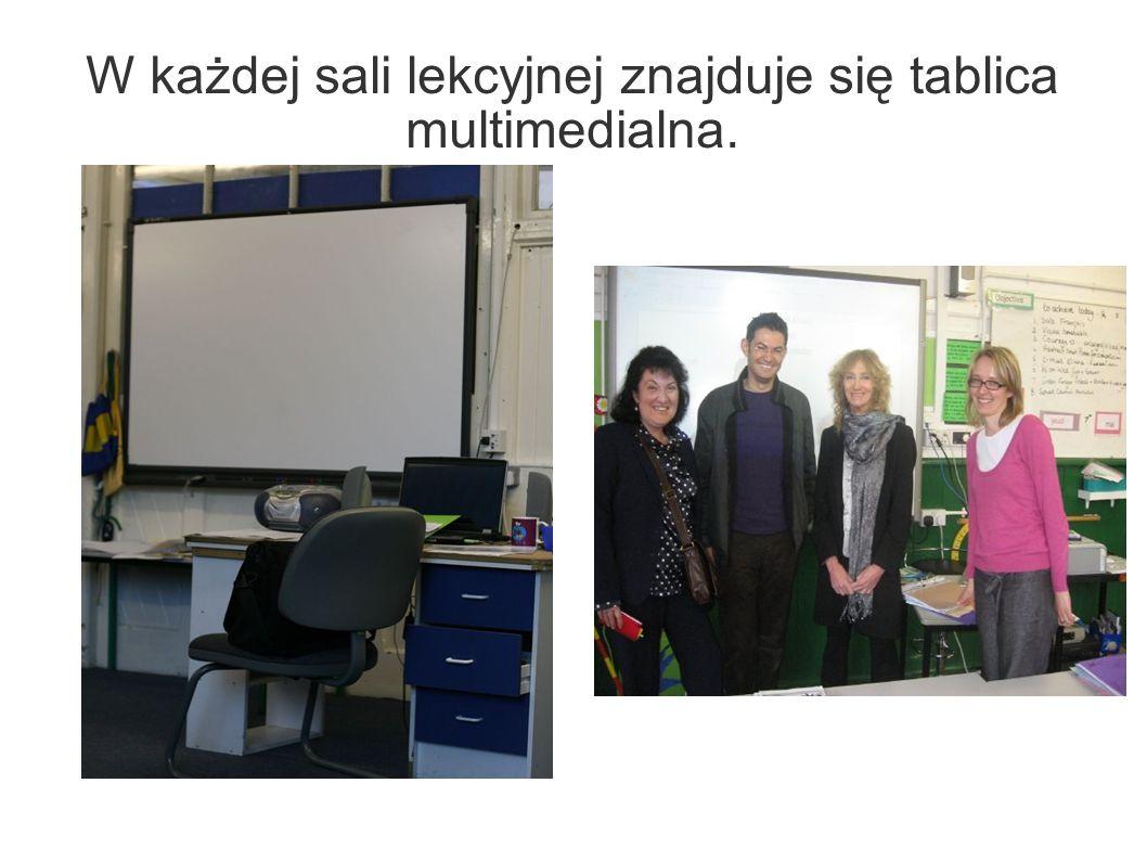 W każdej sali lekcyjnej znajduje się tablica multimedialna.