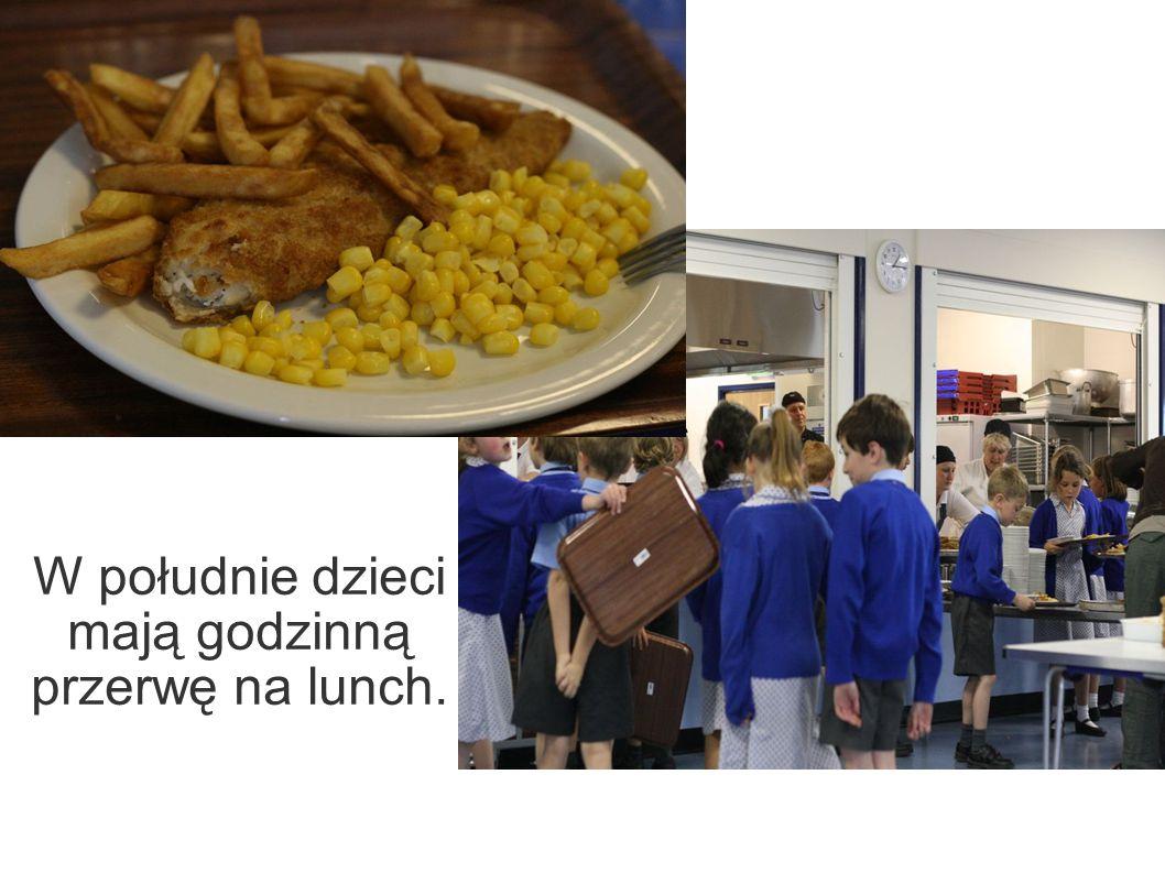 W południe dzieci mają godzinną przerwę na lunch.