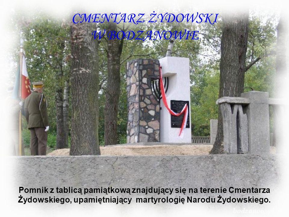 CMENTARZ ŻYDOWSKI W BODZANOWIE Pomnik z tablicą pamiątkową znajdujący się na terenie Cmentarza Żydowskiego, upamiętniający martyrologię Narodu Żydowsk