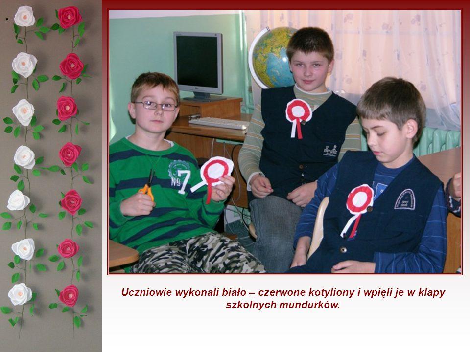 . Uczniowie wykonali biało – czerwone kotyliony i wpięli je w klapy szkolnych mundurków.