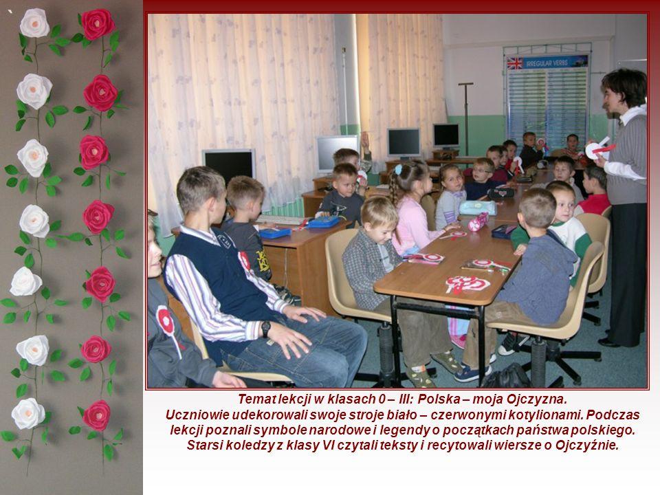 ` Temat lekcji w klasach 0 – III: Polska – moja Ojczyzna. Uczniowie udekorowali swoje stroje biało – czerwonymi kotylionami. Podczas lekcji poznali sy