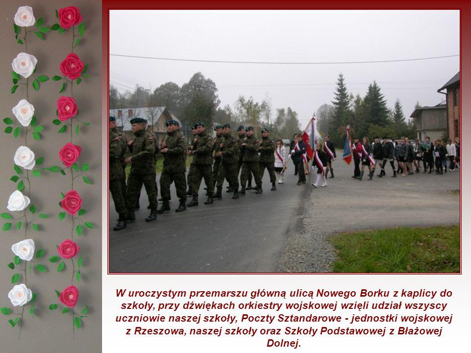 . W uroczystym przemarszu główną ulicą Nowego Borku z kaplicy do szkoły, przy dźwiękach orkiestry wojskowej wzięli udział wszyscy uczniowie naszej szk
