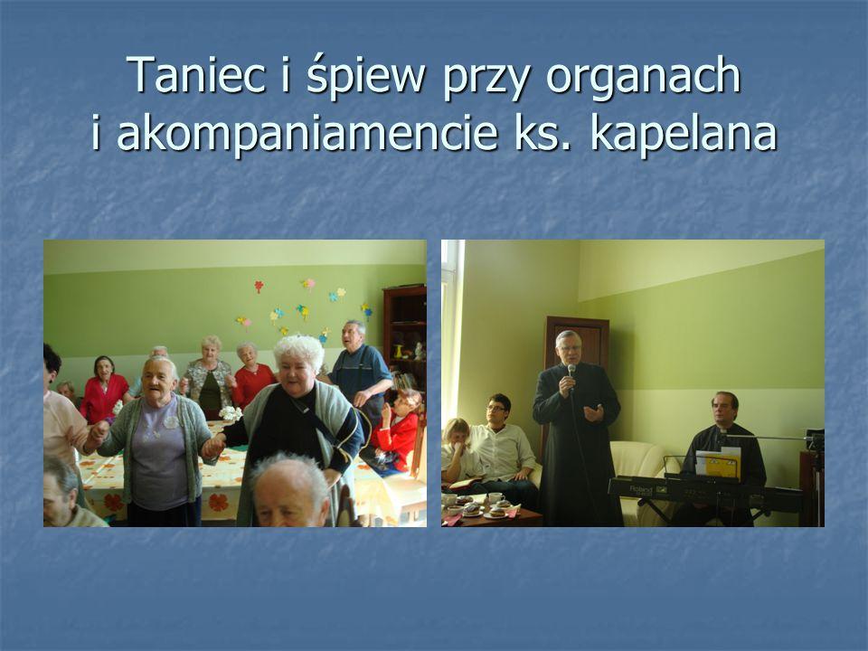Taniec i śpiew przy organach i akompaniamencie ks. kapelana