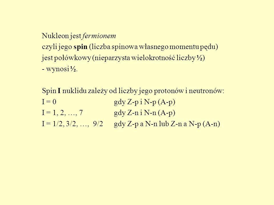 Nukleon jest fermionem czyli jego spin (liczba spinowa własnego momentu pędu) jest połówkowy (nieparzysta wielokrotność liczby ½) - wynosi ½.