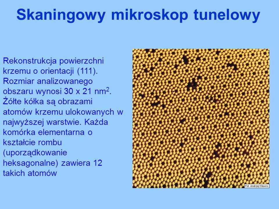 Rekonstrukcja powierzchni krzemu o orientacji (111). Rozmiar analizowanego obszaru wynosi 30 x 21 nm 2. Żółte kółka są obrazami atomów krzemu ulokowan