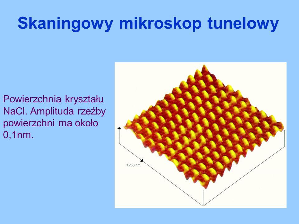 Powierzchnia kryształu NaCl. Amplituda rzeźby powierzchni ma około 0,1nm. Skaningowy mikroskop tunelowy