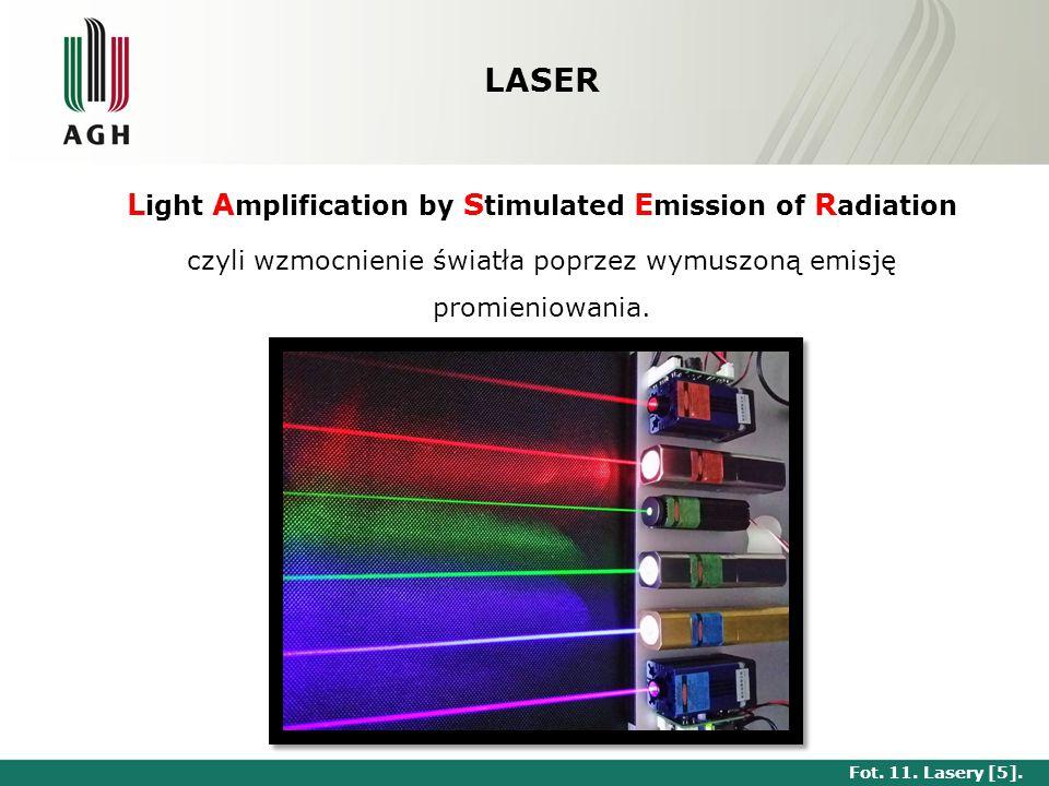 Krótka historia laserów Albert Einstein stwierdza w 1917r., że możliwa jest wymuszona emisja światła przez atomy, W 1957 Gordon Gould ogłosił pomysł (jak też i nazwę) lasera, równolegle z niezależnymi pracami nad maserami optycznymi (Arthur Leonard Schawlow, Charles Townes), Pierwszy laser (rubinowy) zbudował i uruchomił 16 maja 1960 roku Theodore Maiman, ośrodkiem czynnym był kryształ korundu domieszkowany chromem – rubin, Pierwszą akcję laserową w laserze gazowym, helowo-neonowym uzyskano w 1960r.