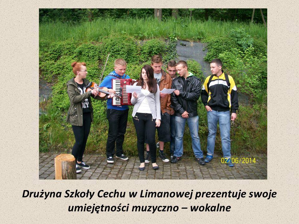 Drużyna Szkoły Cechu w Limanowej prezentuje swoje umiejętności muzyczno – wokalne