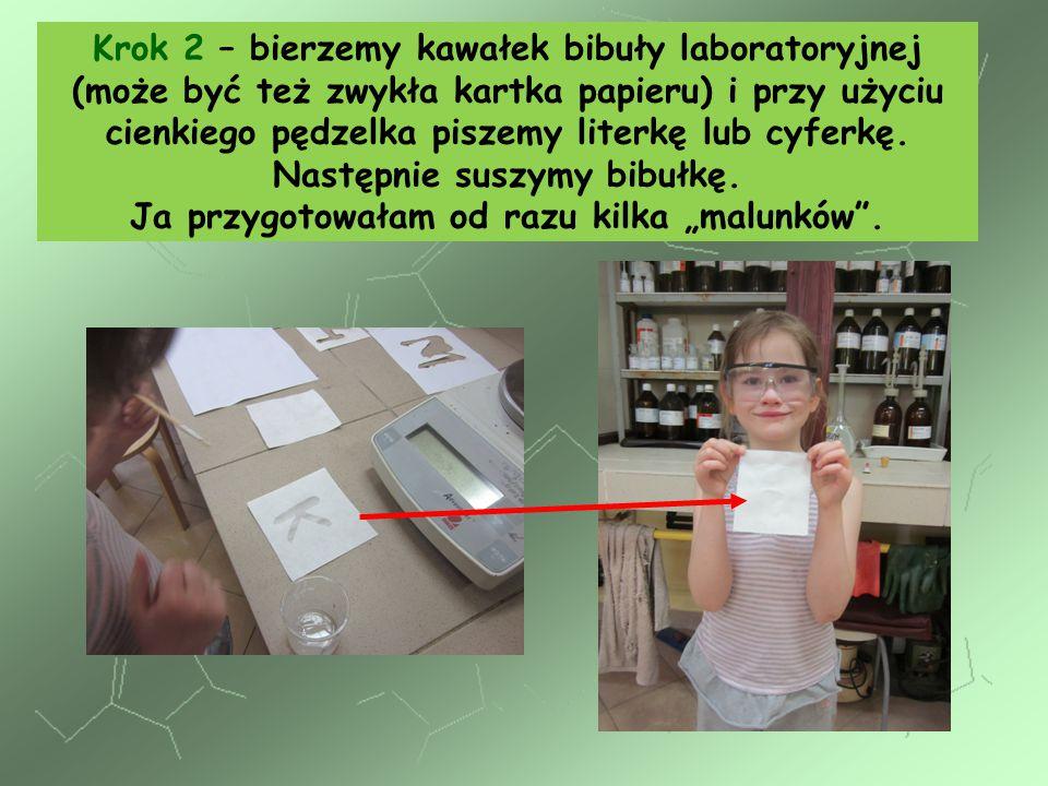 Krok 2 – bierzemy kawałek bibuły laboratoryjnej (może być też zwykła kartka papieru) i przy użyciu cienkiego pędzelka piszemy literkę lub cyferkę.