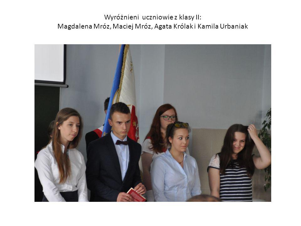 Wyróżnieni uczniowie z klasy II: Magdalena Mróz, Maciej Mróz, Agata Królak i Kamila Urbaniak
