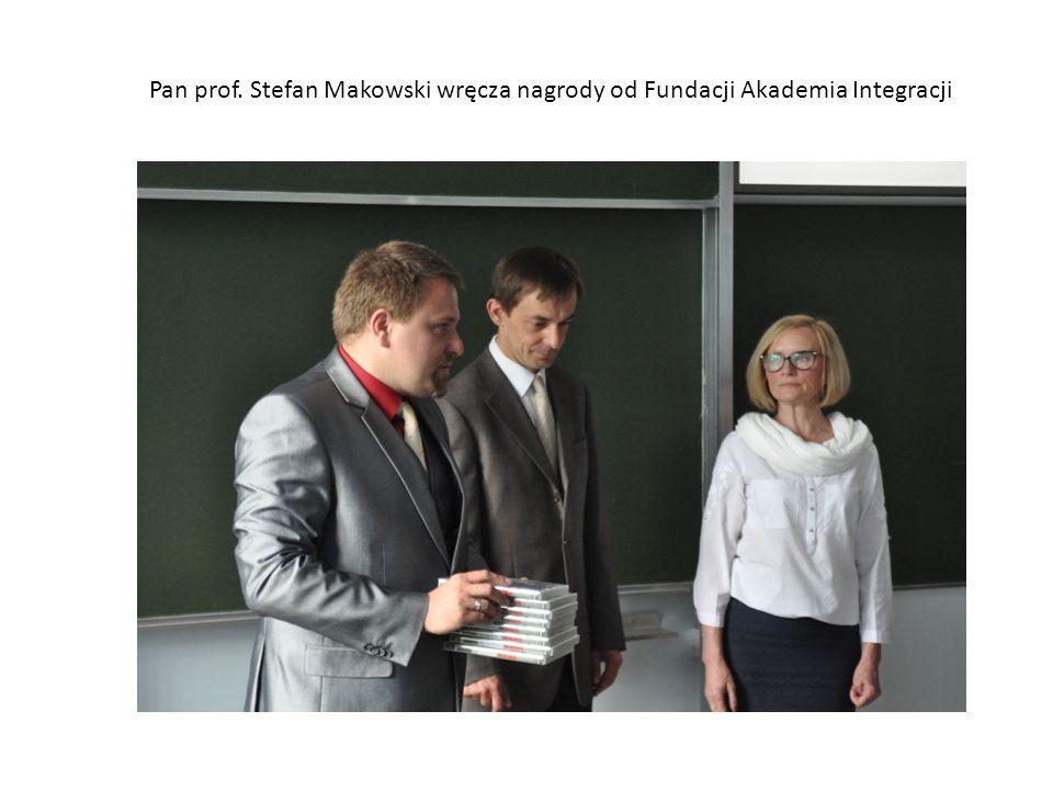 Pan prof. Stefan Makowski wręcza nagrody od Fundacji Akademia Integracji