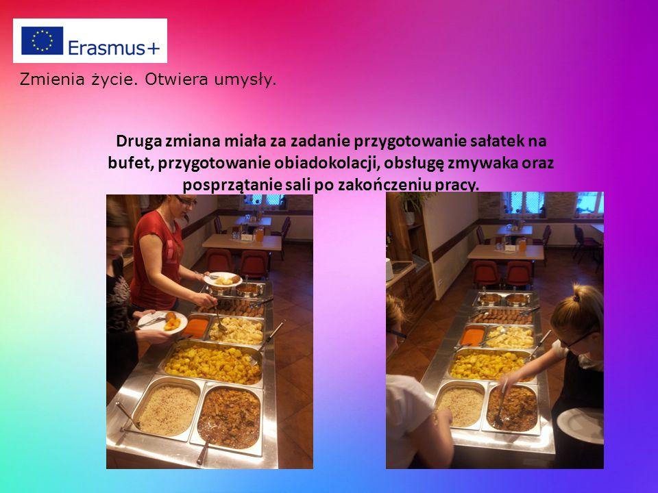 Druga zmiana miała za zadanie przygotowanie sałatek na bufet, przygotowanie obiadokolacji, obsługę zmywaka oraz posprzątanie sali po zakończeniu pracy