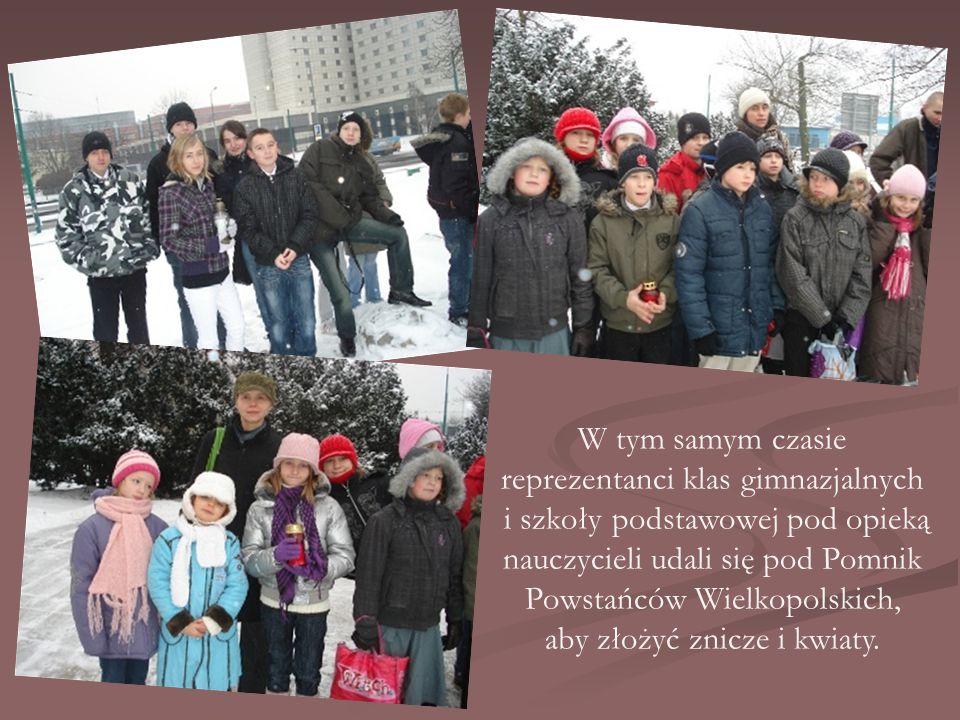 W tym samym czasie reprezentanci klas gimnazjalnych i szkoły podstawowej pod opieką nauczycieli udali się pod Pomnik Powstańców Wielkopolskich, aby złożyć znicze i kwiaty.