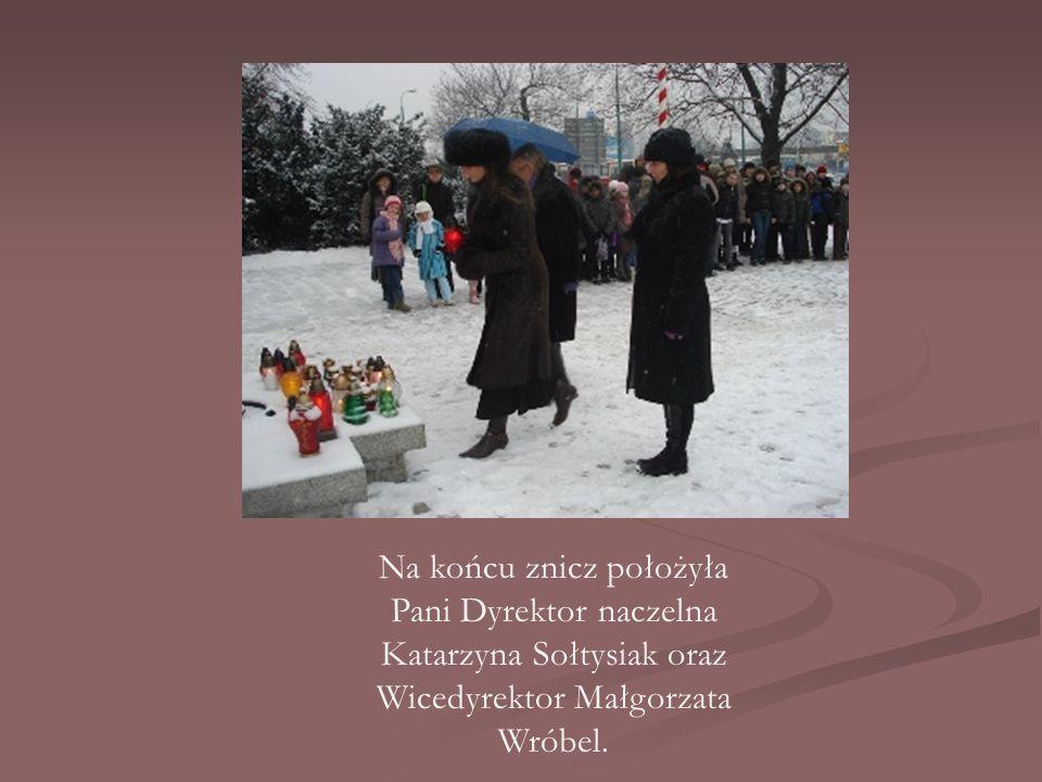 Na końcu znicz położyła Pani Dyrektor naczelna Katarzyna Sołtysiak oraz Wicedyrektor Małgorzata Wróbel.