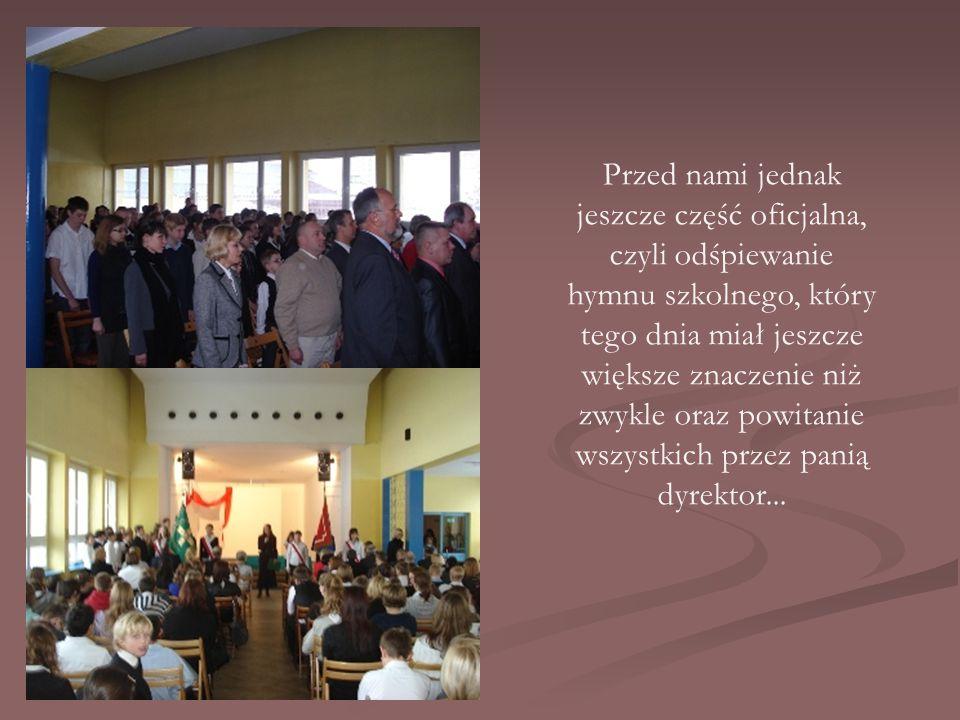 Przed nami jednak jeszcze część oficjalna, czyli odśpiewanie hymnu szkolnego, który tego dnia miał jeszcze większe znaczenie niż zwykle oraz powitanie wszystkich przez panią dyrektor...