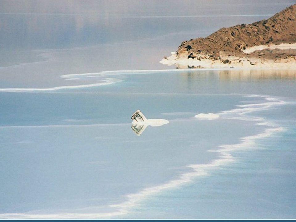 Überall trifft man auf skurrile Gebilde aus Salzkristallen Wszędzie można spotkać dziwaczne struktury z kryształów soli.