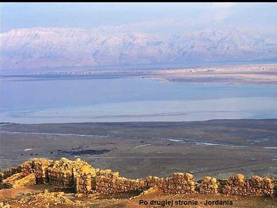 Zwischen dem toten Meer und der jüdäischen Wüste liegt auf einem isolierten Tafelberg die Festung Masada.