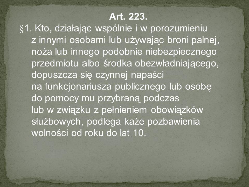 Art. 223. §1. Kto, działając wspólnie i w porozumieniu z innymi osobami lub używając broni palnej, noża lub innego podobnie niebezpiecznego przedmiotu