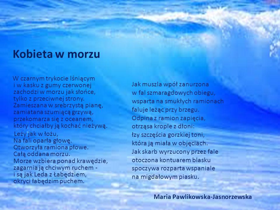 Kobieta w morzu W czarnym trykocie lśniącym i w kasku z gumy czerwonej zachodzi w morzu jak słońce, tylko z przeciwnej strony.