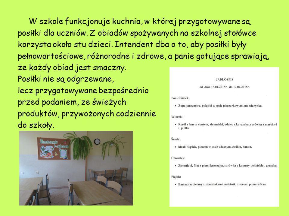 W szkole funkcjonuje kuchnia, w której przygotowywane są posiłki dla uczniów. Z obiadów spożywanych na szkolnej stołówce korzysta około stu dzieci. In