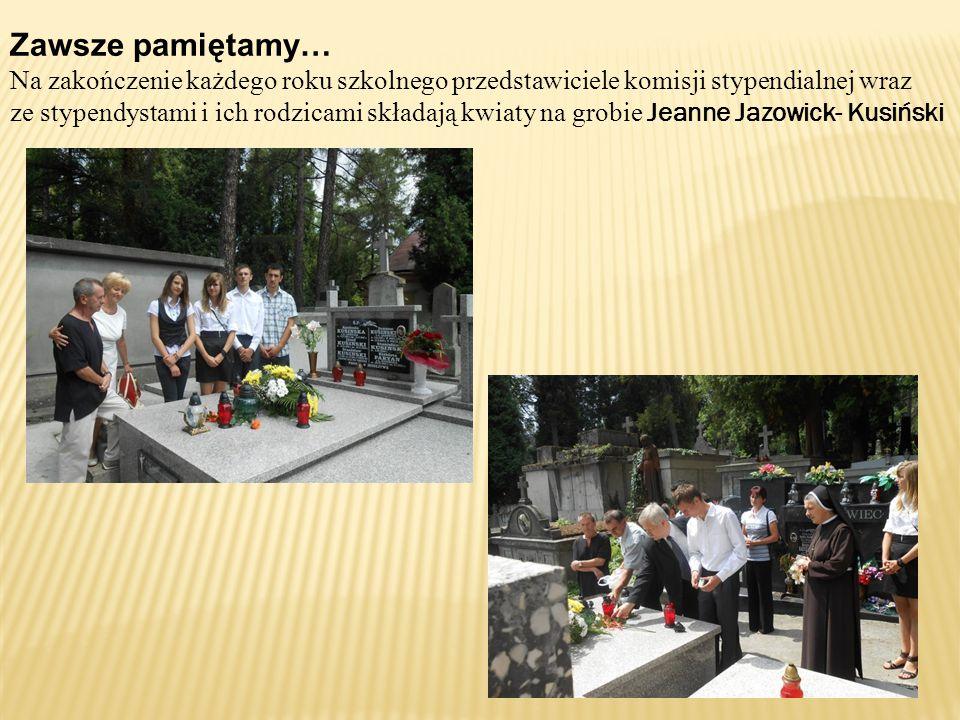 Zawsze pamiętamy… Na zakończenie każdego roku szkolnego przedstawiciele komisji stypendialnej wraz ze stypendystami i ich rodzicami składają kwiaty na grobie Jeanne Jazowick- Kusiński
