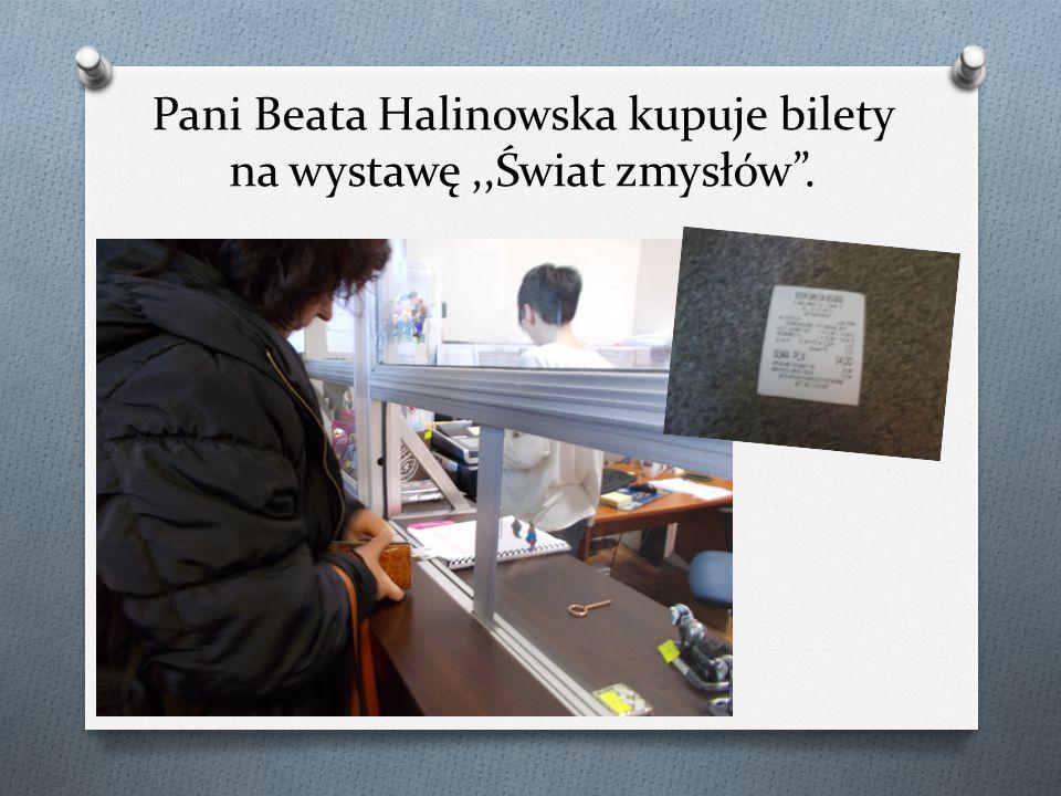 """Pani Beata Halinowska kupuje bilety na wystawę,,Świat zmysłów""""."""