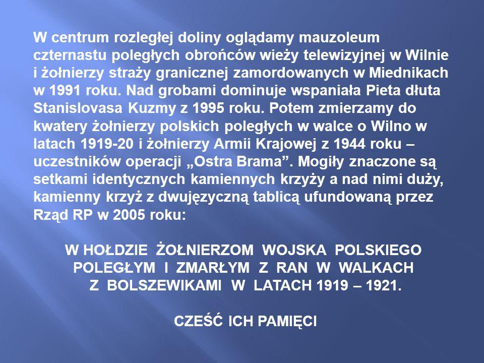 W centrum rozległej doliny oglądamy mauzoleum czternastu poległych obrońców wieży telewizyjnej w Wilnie i żołnierzy straży granicznej zamordowanych w Miednikach w 1991 roku.
