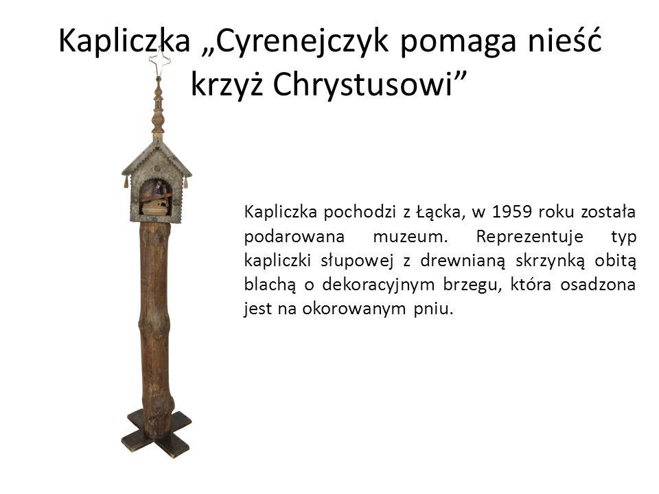 """Kapliczka """"Cyrenejczyk pomaga nieść krzyż Chrystusowi Kapliczka pochodzi z Łącka, w 1959 roku została podarowana muzeum."""