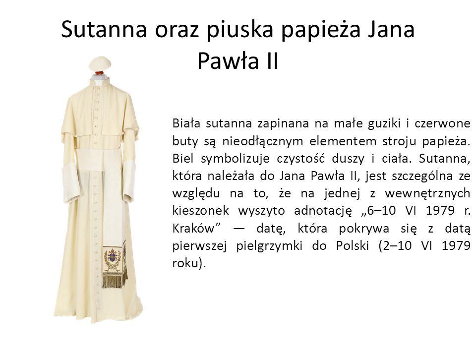 Sutanna oraz piuska papieża Jana Pawła II Biała sutanna zapinana na małe guziki i czerwone buty są nieodłącznym elementem stroju papieża.