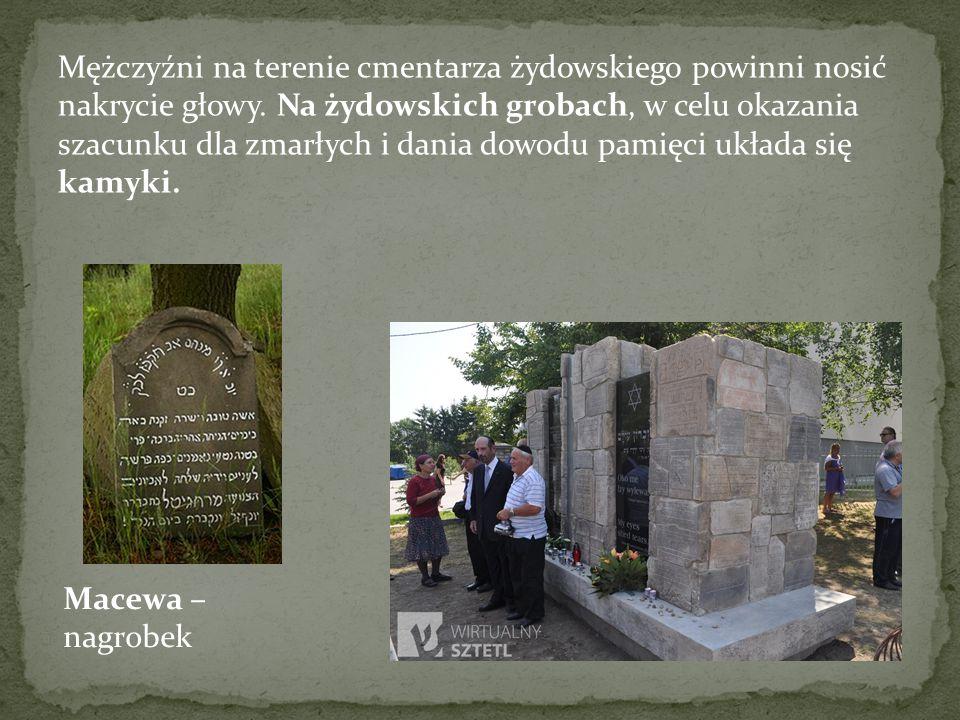 Mężczyźni na terenie cmentarza żydowskiego powinni nosić nakrycie głowy. Na żydowskich grobach, w celu okazania szacunku dla zmarłych i dania dowodu p