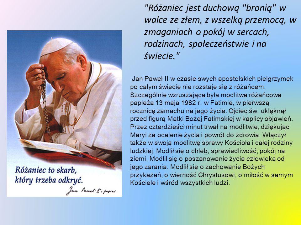Jan Paweł II w czasie swych apostolskich pielgrzymek po całym świecie nie rozstaje się z różańcem.