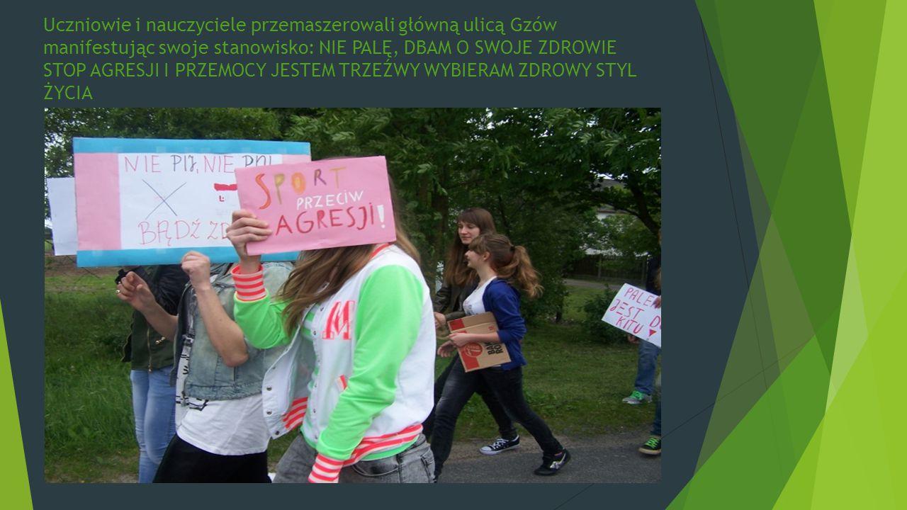 Uczniowie i nauczyciele przemaszerowali główną ulicą Gzów manifestując swoje stanowisko: NIE PALĘ, DBAM O SWOJE ZDROWIE STOP AGRESJI I PRZEMOCY JESTEM